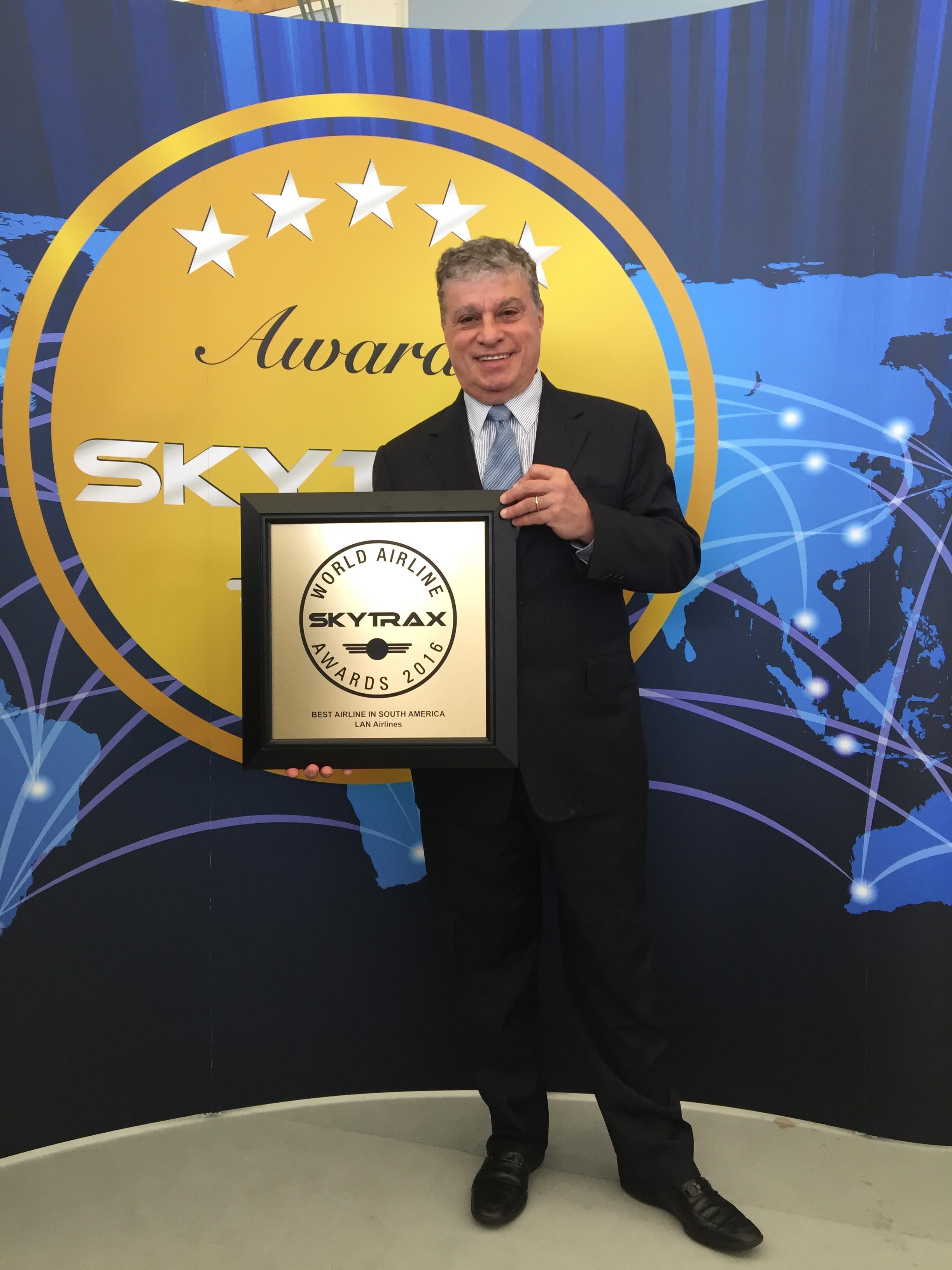 José Maluf VP Flota Grupo LATAM Airlines recibe el premio Mejor Aerolínea de Sudamérica por Skytrax 1